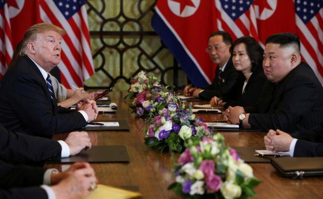 Srečanje, ki se je začelo z velikimi zgodovinskimi napovedmi, se je predčasno končalo. FOTO: Reuters