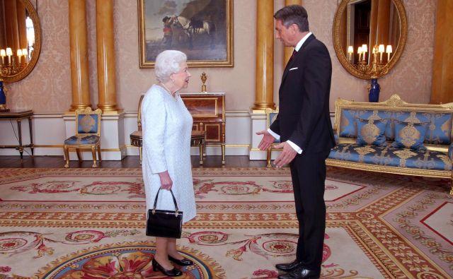 Srečanje britanske kraljice Elizabete II. in slovenskega predsednika Boruta Pahorja je, kot so sporočili iz njegovega kabineta, trajalo dlje, kot je bilo sprva predvideno, vsebine pogovora pa po pričakovanjih ni razkrila nobena stran. FOTO: DPA/STA