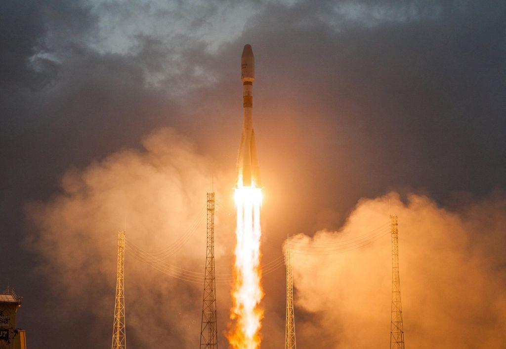 Prvi šest satelitov globalne internetne mreže poletelo v orbito (VIDEO)