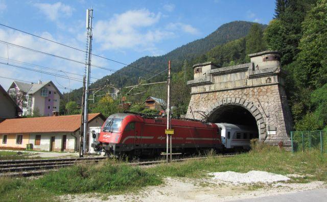 Prvi vlak je skozi predor Karavanke pripeljal oktobra 1906, od takrat se ni veliko spremenilo. Foto Blaž Račič