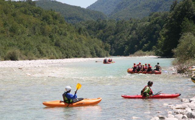 V najbolj obremenjenih dnevih sezone se po Soči spusti več kot tisoč plovil na dan. Foto Blaž Močnik/Delo