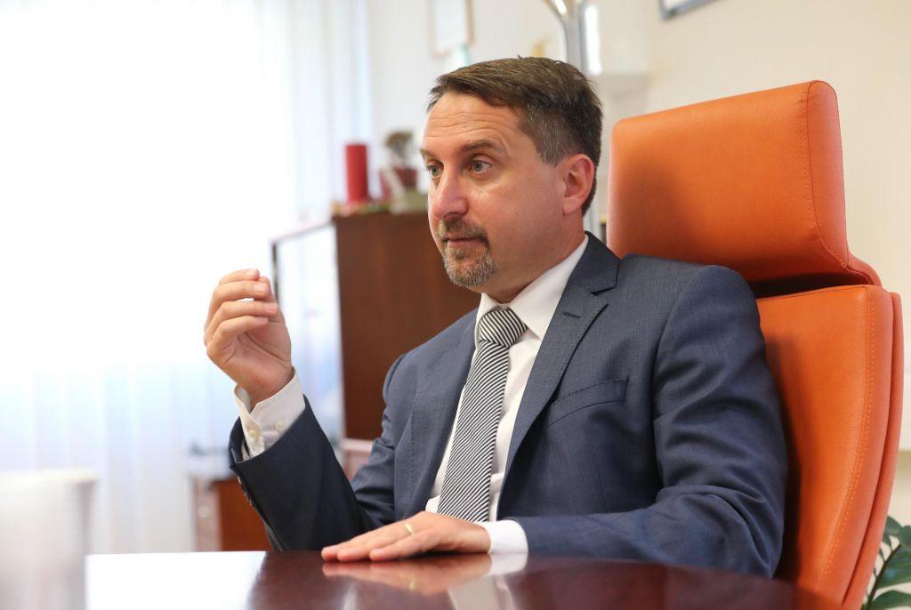 Direktor agencije za varnost prometa pod drobnogledom zaradi nedovoljenega sprejemanja daril