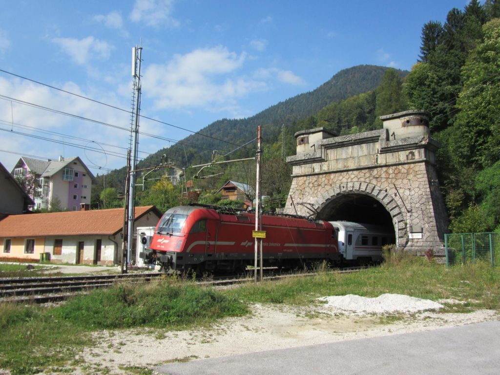 V železniškem predoru Karavanke bo le en tir