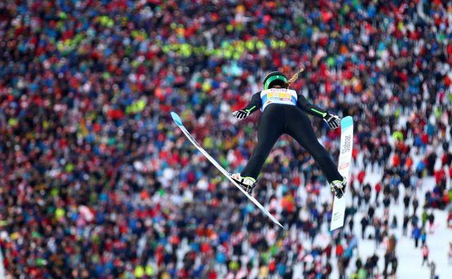 Nika Križnar med mešano ekipno tekmo. FOTO: Reuters