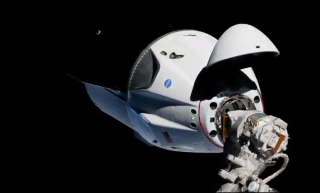 FOTO:Crew dragon prispel na mednarodno vesoljsko postajo (VIDEO)