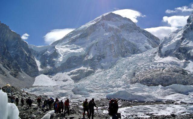 Smer gre naravnost navzgor iz naprednega baznega tabora na tibetanski strani gore. FOTO: Reuters