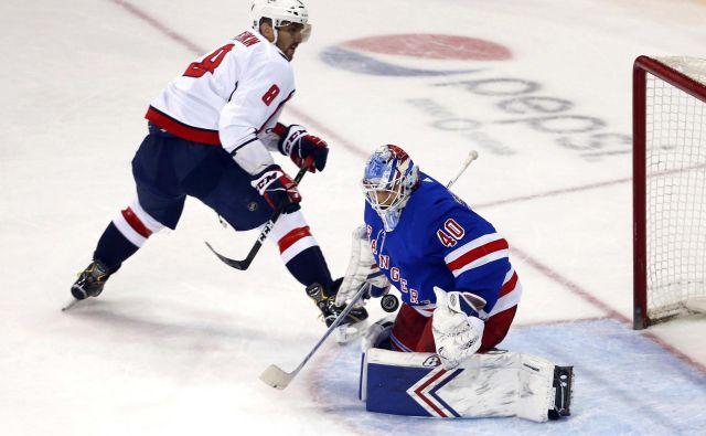 Dvoboj je odločil kontroverzno dosojeni zadetek, saj naj bi vratar Rangers Alexandar Georgiev proti Ovečkinu vrgel palico. FOTO: Reuters