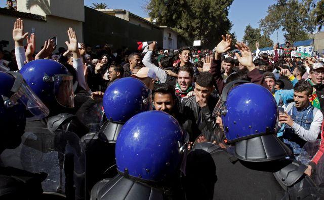 »Buteflika, odidi!«, »Ne petemu mandatu!«, »Republika, ne monarhija!«, je le nekaj sloganov, ki v zadnjih tednih odmevajo na ulicah alžirskih mest. FOTO: Reuters