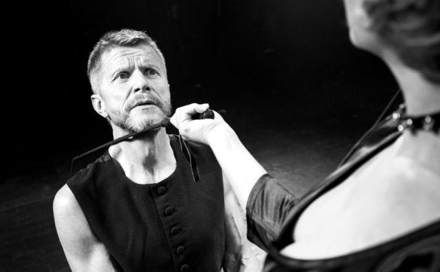 V predstavi <em>Venera v krznu</em>, ki bo odprla festival Dnevi komedije, nastopata Vesna Pernarčič in Borut Veselko. Režiser je Primož Ekart. FOTO: Nada Žgank