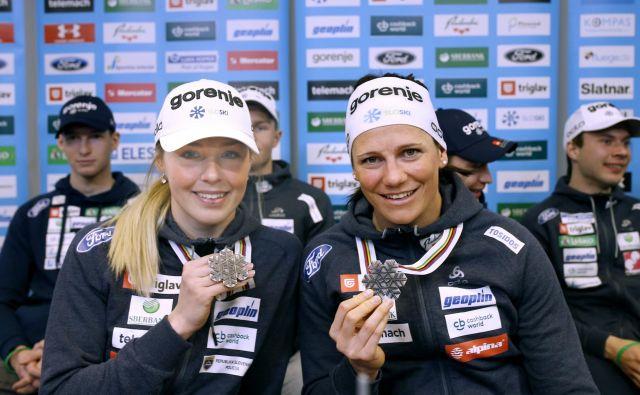 Anamarija Lampič in Katja Višnar sta na včerajšnji novinarski konferenci podoživeli imeniten nastop na 52. nordijskem SP. FOTO: Blaž� Samec/Delo