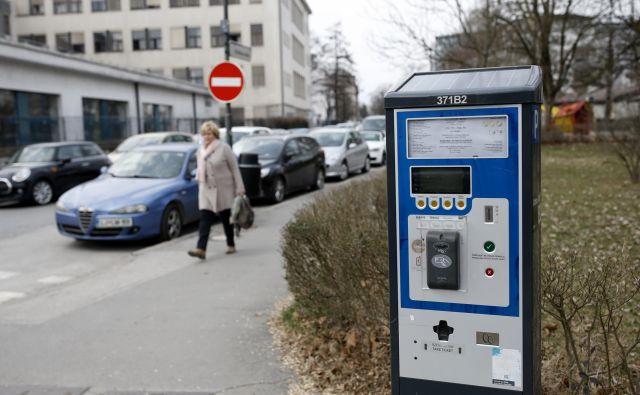 Parkirne dovolilnice omogočajo stanovalcem brezplačno parkiranje, a ne zagotavljajo prostega parkirnega mesta. FOTO: Bla�ž Samec/Delo