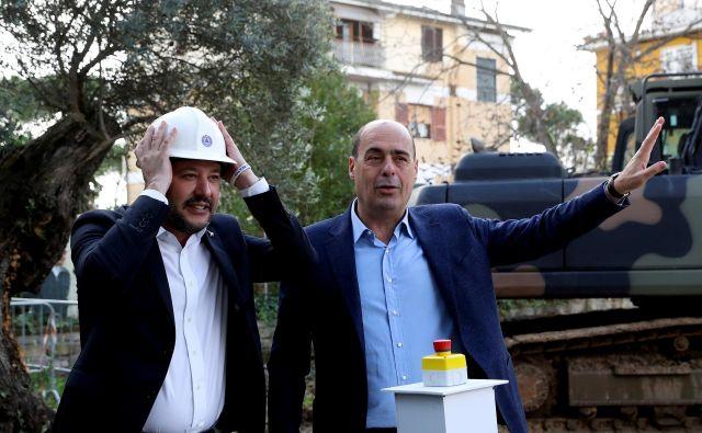 Nicola Zingaretti in vodja Lige Matteo Salvini sta konec lanskega leta združila moči pri odstranjevanju ilegalno zgrajenih stavb na obrobju Rima, financiranih s strani mafije. Od nedelje sta politična tekmeca. FOTO: Reuters