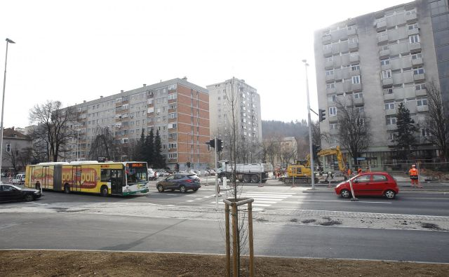 Polovično obnovljeno in polovično zaprto križišče Drenikove, Celovške in Na Jami. FOTO: Mavric Pivk/Delo