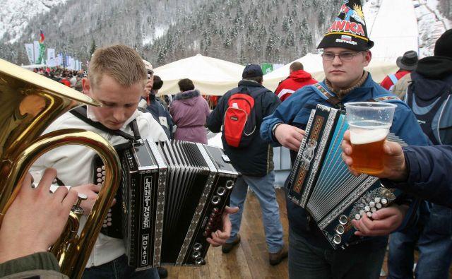 V mokrih kulturah si ni mogoče zamisliti večjega ali manjšega praznovanja brez nezmernih količin alkoholnih pijač, pije pa se tudi iz manj pomembnih vzrokov ali kar tako. FOTO: Igor Modic