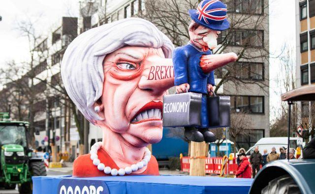 Britanska premierka Theresa May s pinokijevim nosom. Foto Marcel Kusch Afp