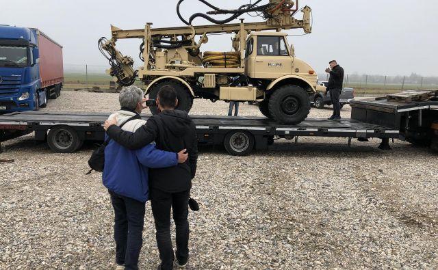 Tomo Križnar in Klemen Mihelič sta zadovoljno opazovala, kako so vrtalno napravo po desetih letih pospremili na pot. FOTO: Aljaž Vrabec