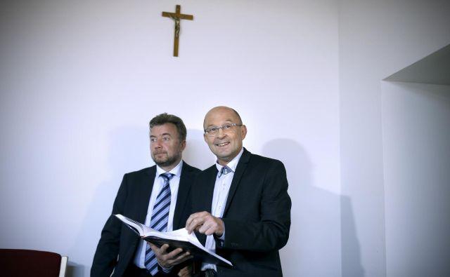 Jože Dežman (desno) in Pavel Jamnik sta predstavila monografijo <strong>Nemoč laži</strong>, to je četrto poročilo komisije za reševanje vprašanj prikritih grobišč. FOTO Blaž Samec/Delo