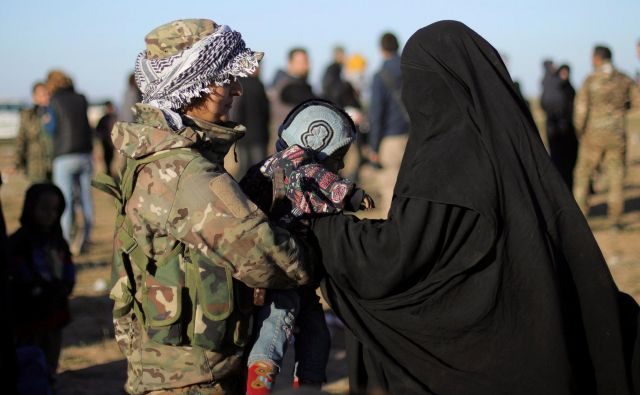V zadnjih dneh je oblegano vasico zapustilo približno 3000 civilistov. FOTO: Reuters