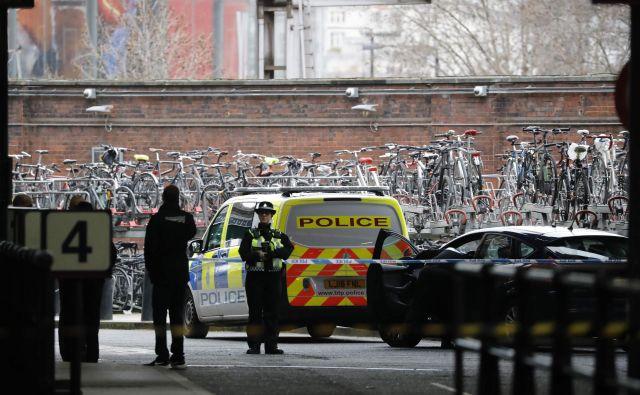Policisti pri železniški postaji Waterloo FOTO: AFP