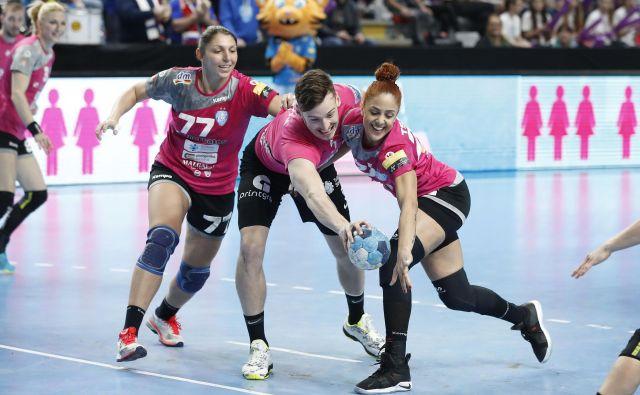 Celjski reprezentant Jaka Malus ter Ukrajinka Olga Perederij (levo) in Grkinja Lamprini Tsakalou so se takole borili za žogo. FOTO: Leon Vidic