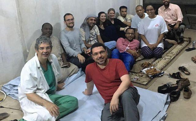 Med izobraževanjem zdravstvenih delavcev v Jemnu, ki ga pretresa brutalna državljanska vojna, v katero se mešajo tuje države, na čelu s Savdsko Arabijo na eni strani in Iranom na drugi (David Nott je na fotografiji prvi z leve). FOTO: David Nott Foundation