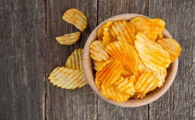 Bolje je kuhati kot pražiti, cvreti ali peči, tudi krompir je bolje prej pokuhati. FOTO: Shutterstock