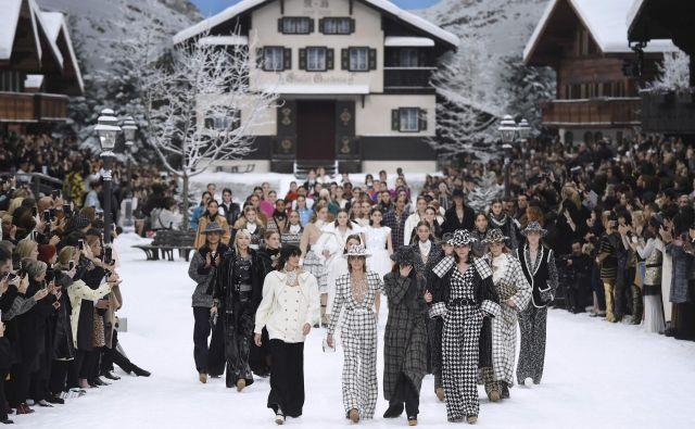 Modna revija v slogu zasnežene alpske pravljice z gorskimi kočami