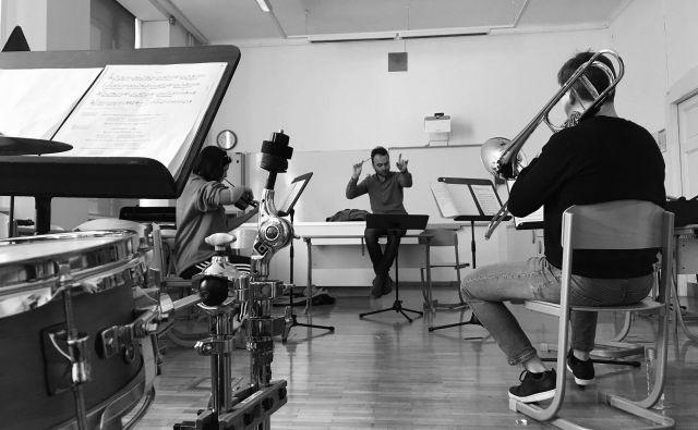 Zgodbo o vojaku bodo odigral komorni ansambel Hiše kulture Celje pod vodstvom dirigenta Simona Dvoršaka. FOTO: arhiv HKC