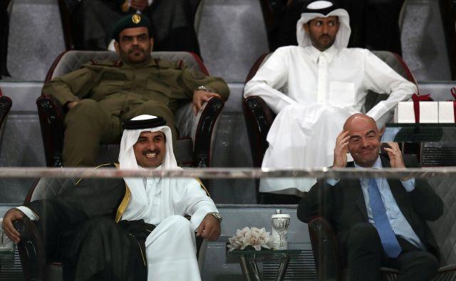 Predsedniku Fifa Gianniju Infantinu (desno) se v družbi šejkov vedno raztegne nasmeh na obrazu. FOTO: Reuters