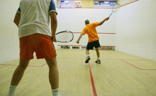 V tenisu, denimo, igralca ne ovira nič, v skvošu ga stena in soigralec. FOTO: Matej Družnik/Delo