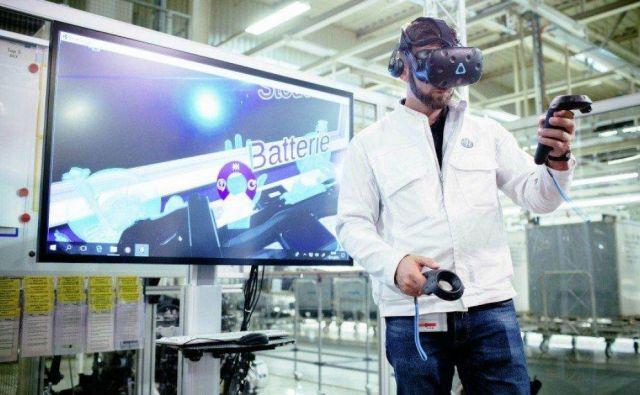Zaposleni v Volkswagnovi tovarni v Zwickauu se z virtualnimi očali seznanja z bodočo proizvodnjo električnih vozil. FOTO: Arhiv Volkswagna