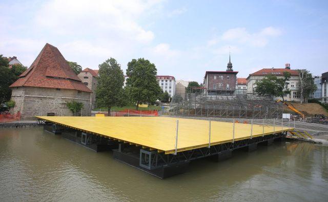 Mariborski župan bi prestavil plavajoči oder, a na občini imajo težave pri iskanju nove lokacije.FOTO: Tadej Regent/Delo