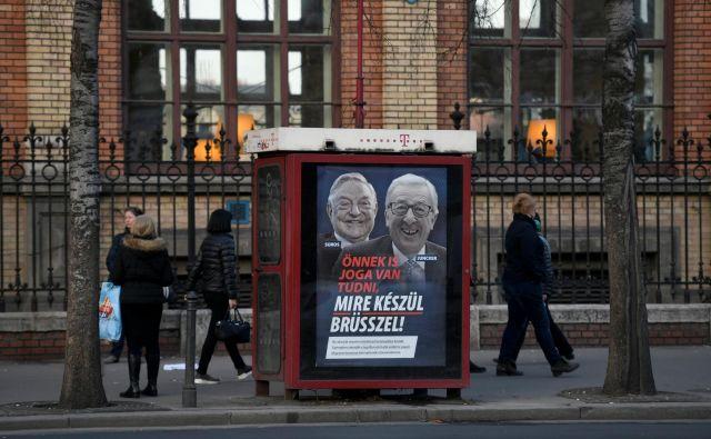 V plakatni kampanji je ob milijarderju Georgeu Sorosu tarča napadov tudi predsednik evropske komisijeJean-Claude Juncker.Foto: Tamas Kaszas/Reuters