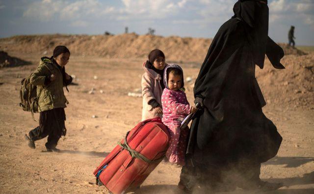 Ženske in otroci v begu pred spopadi za zadnje metre Islamske države. FOTO: AFP