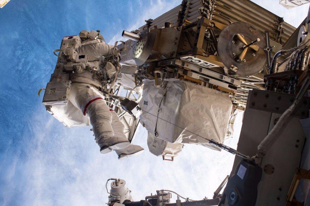Prvi vesoljski sprehod samo astronavtk