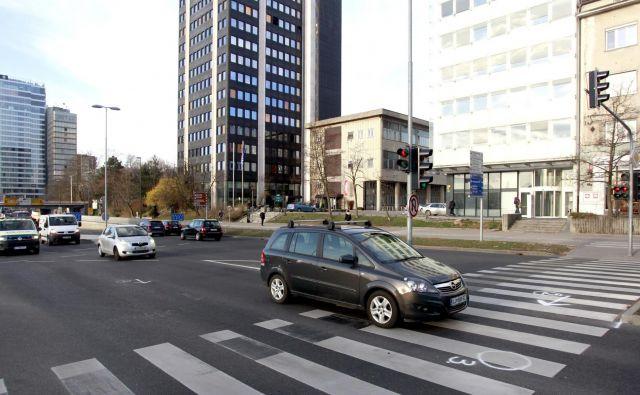 Prehod za pešce, kjer je pijani voznik ponoči zbil dva moška. FOTO: Roman Šipić/Delo