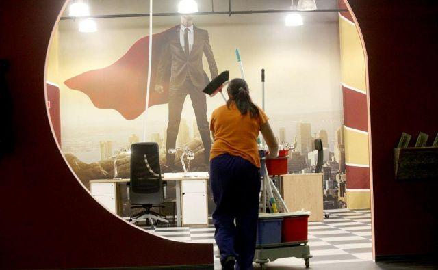 ženska čistilka Foto Delo
