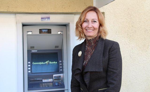 Alenka Kovač pred bankomatom Gorenjske banke v Osilnici, ki ga bodo nadomestili s sodobnejšim. Foto: Simona Fajfar/Delo