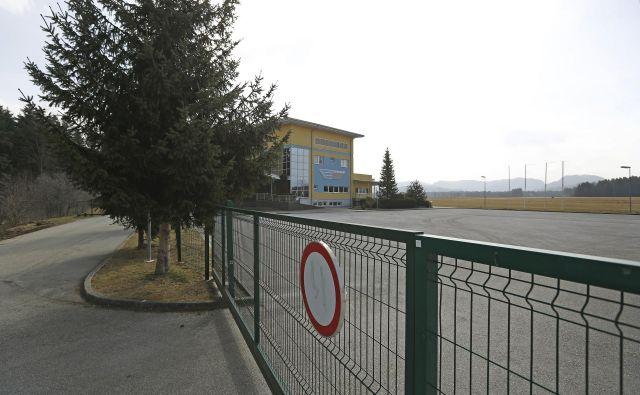 Z zaprtjem lokacij, kot je letališče v Slovenj Gradcu, nastaja ne le zasebna, ampak tudi širša gospodarska škoda. FOTO: Leon Vidic