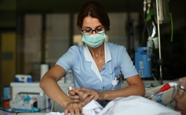Ministrstvo za zdravje zastopa stališče, da naj čim več dela opravijo srednje medicinske sestre, zbornica zdravstvene nege pa, da diplomirane medicinske sestre. Foto Jure Eržen