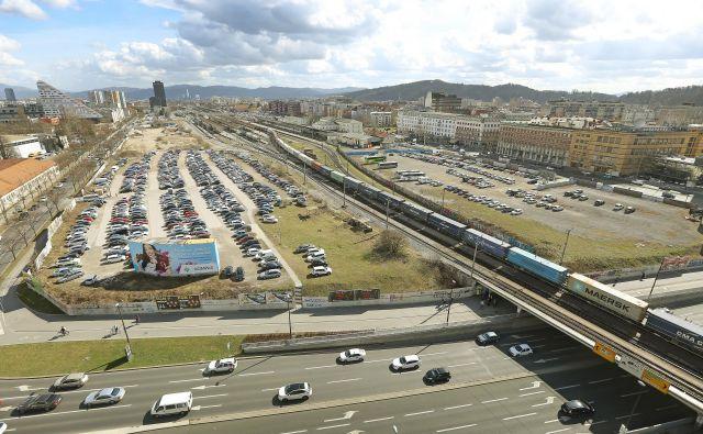 Na SŽ napovedujejo, da bodo gradnjo nove avtobusne in železniške postaje začeli leta 2020. FOTO: Leon Vidic