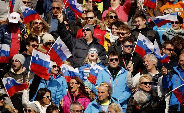 Meta Hrovat (v sredini) je takole navijala za slalomiste na Pokalu Vitranc v Podkorenu. FOTO: Matej Družnik/Delo