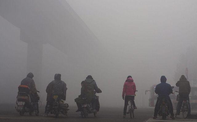 Gost smog v kitajskem mestu Shijiazhuang. FOTO: Reuters