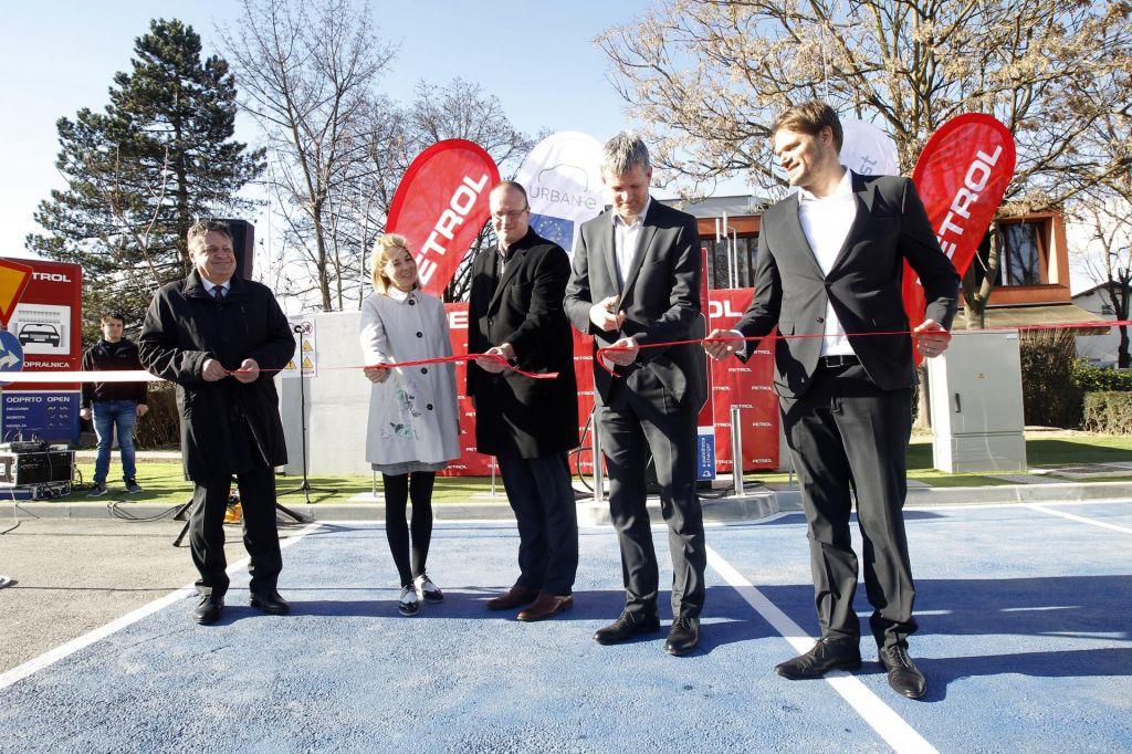 FOTO:Prvo mini vozlišče za hitro polnjenje električnih vozil
