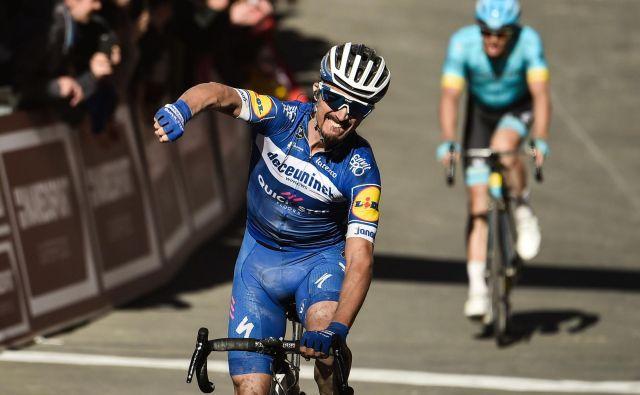 Julian Alaphilippe je bil v šprintu močnejši od Danca Jakoba Fuglsanga. FOTO: Marco Bertorello/AFP