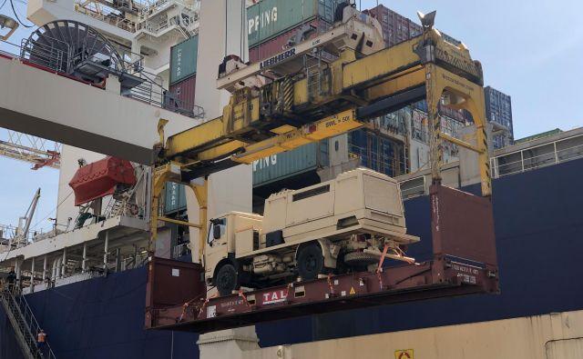 Dragocen tovor nalagajo na ladjo. FOTO Luka Koper
