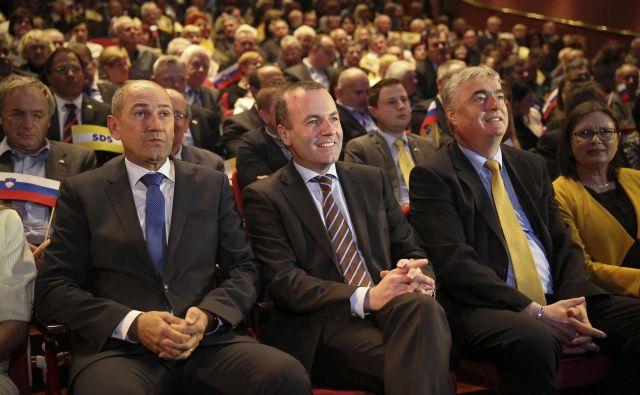 Zbrane je nagovoril tudi vodilni kandidat in predsednik evropske ljudske stranke za predsednika evropske komisije Manfred Weber. FOTO: Jože Suhadolnik/Delo