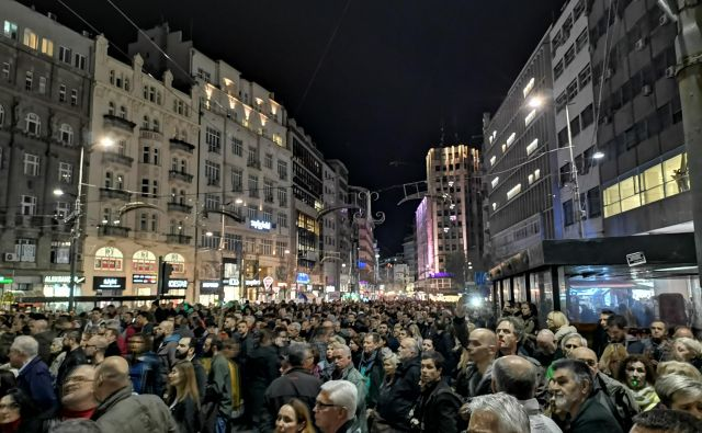 Na ulicah Beograda že štirinajsto soboto zapored protesti. Foto Milena Zupanič