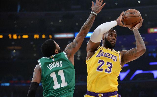 Nekoč sta bila LeBron James in Kyrie Irving skupaj prvaka lige NBA, sinoči sta si stala nasproti. FOTO: Gary A. Vasquez/Reuters