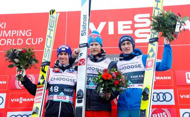 Po 406 dneh je Peter Prevc (desno) skočil na oder za zmagovalce, na katerem sta bila danes še Robert Johansson (v sredini) in Stefan Kraft (levo) FOTO: Reuters